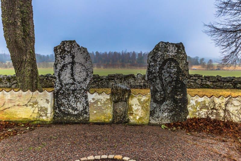 Hatuna, Suecia - 1 de abril de 2017: Runestones en la iglesia de Hatu fotos de archivo libres de regalías