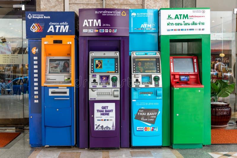 HATYAI, THAILAND - AUG 18, 2018 :Colorful of Automated Teller Machines ATM tillhör olika thailändska banker och ATM är allmänt fö royaltyfria foton