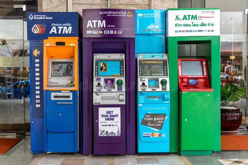HATYAI, THAILAND - AUG 18, 2018:Colorful van Automated Teller Machines ATM behoort tot verschillende Thaise banken en ATM is wijd royalty-vrije stock foto's