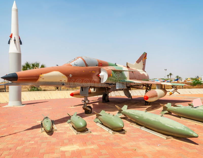 HATZERIM ISRAEL - APRIL 27, 2015: Israel Air Force Kfir C7 figh fotografering för bildbyråer