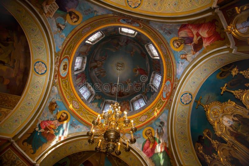 Haube der Kirche malte die Freskos, die heilige Märtyrer darstellen stockfotografie
