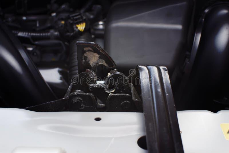 Haube, die Klinke eines Autos zuschließt stockfotos