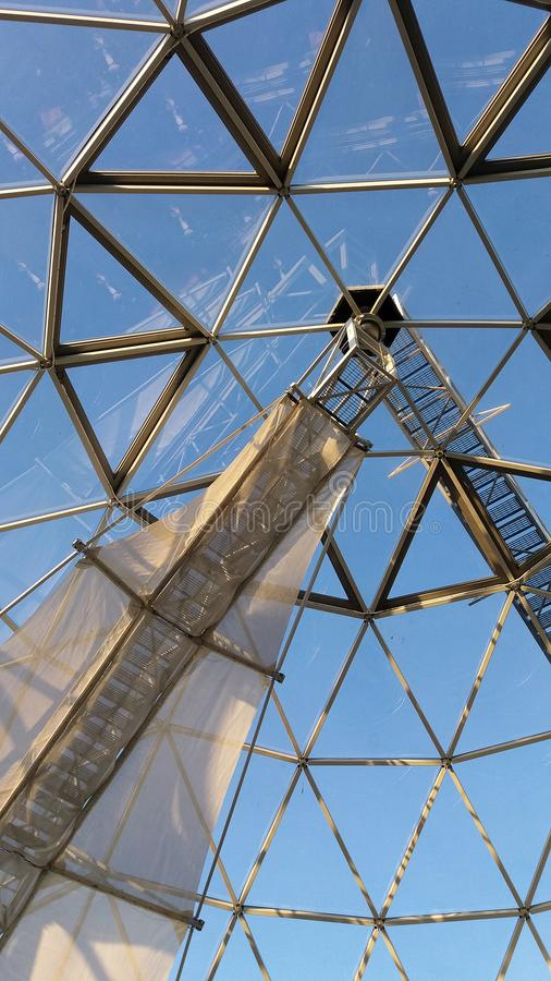 Haube gemacht von den Dreiecken auf einem Ausblickturm gegen einen blauen Himmel lizenzfreie stockbilder