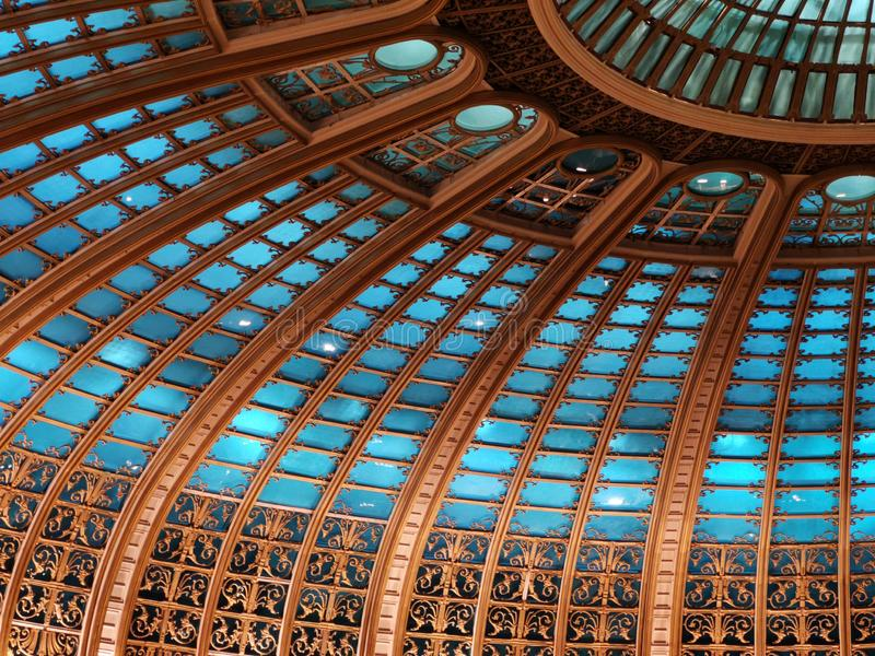 Haube innerhalb des Abschnitts beleuchtet - moderne Architektur stockfoto