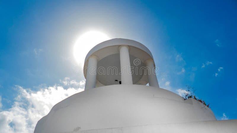Haube mit hellem Sonnenlicht mit blauem Himmel stockbild