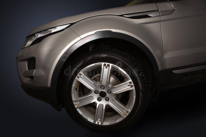 Haube und Reifen des modernen Autos stockfotos