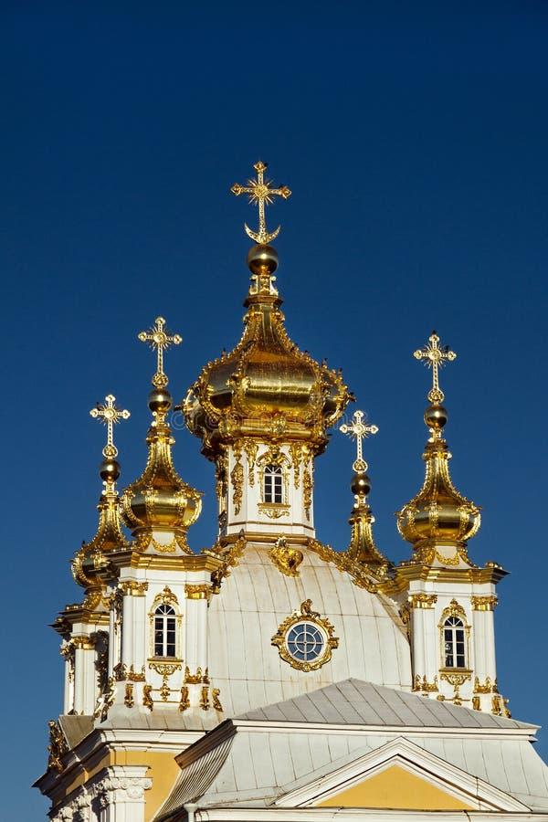 Hauben der Hausgemeinde der heiligen Apostel Peter und Paul, großartiger Palast in Peterhof, St Petersburg, stockbild