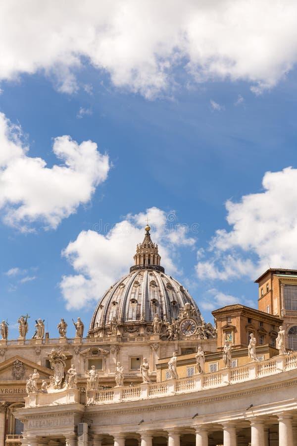 Hauben- und Kolonnadendetail, St Peter Basilika, Vatikanstadt lizenzfreies stockbild