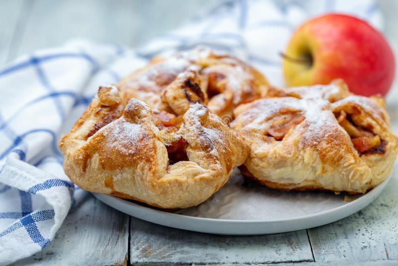 Hauche mit Apfel- und Zimtfüllung stockfotos