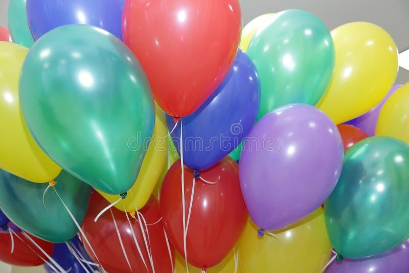 Haufen bunten Ballons mit Helium auf einem Hintergrund aufgeblasen lizenzfreie stockfotos