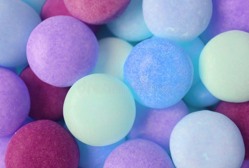 Haufen der blauen und magentaroten Farbe Tone Round Shaped Candies für Hintergrund lizenzfreie stockfotos