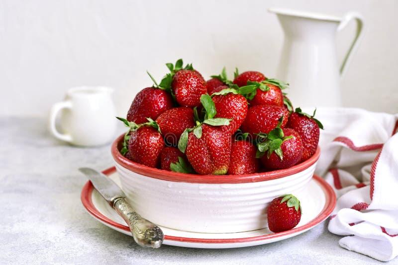 Haufen der frischen reifen organischen Erdbeere lizenzfreie stockbilder