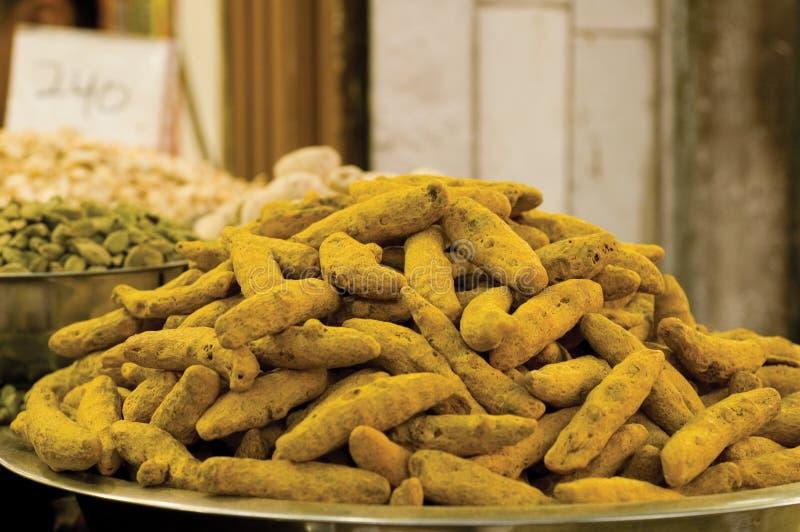 Haufen der Gelbwurzwurzel an einem Gewürzmarkt stockbilder