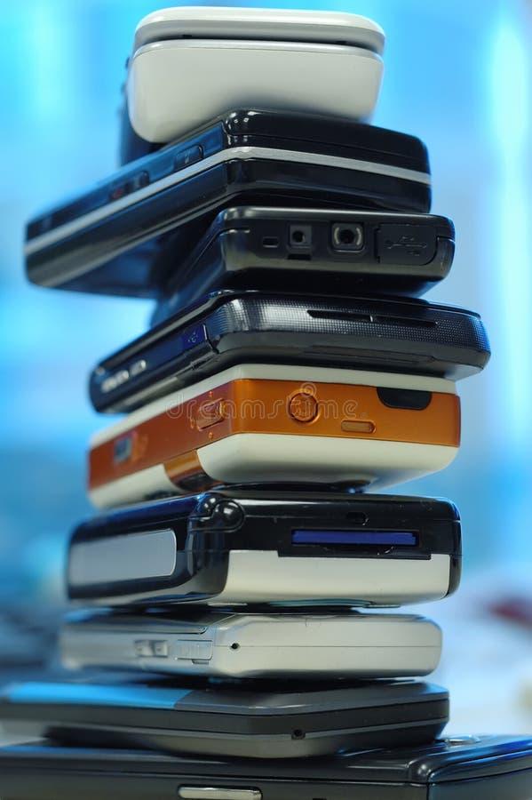 Haufen der Handys stockfotos