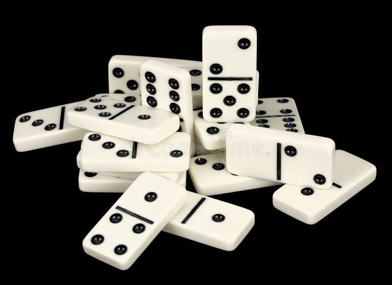 Haufen der Knochen von Dominos auf einem Schwarzen lizenzfreie stockfotos