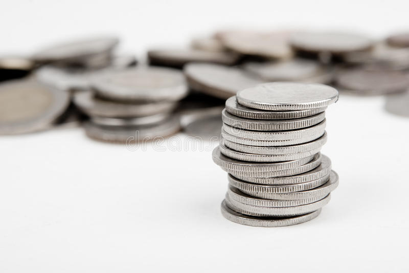 Haufen der Münzen trennte lizenzfreie stockfotos