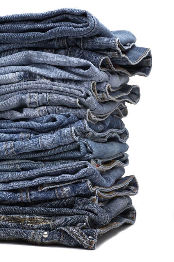 Haufen der modernen Entwerfer-Blue Jeans lizenzfreies stockbild
