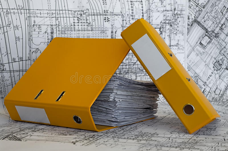 Haufen der Projektzeichnungen im gelben Faltblatt. lizenzfreie stockfotografie
