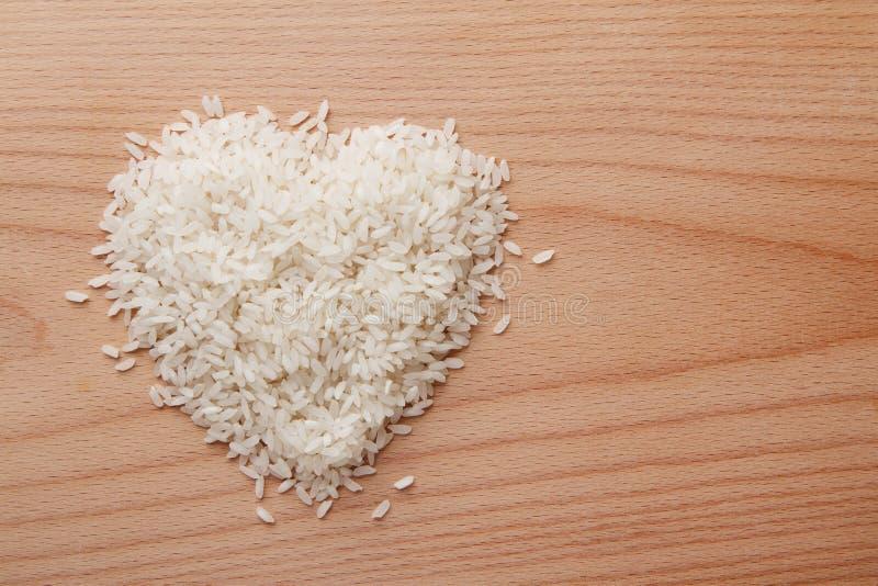 Haufen der rohen Reisherzform stockfotografie