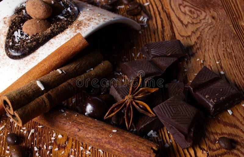 Haufen der Süßigkeit, der Schokolade und der Gewürze lizenzfreies stockfoto