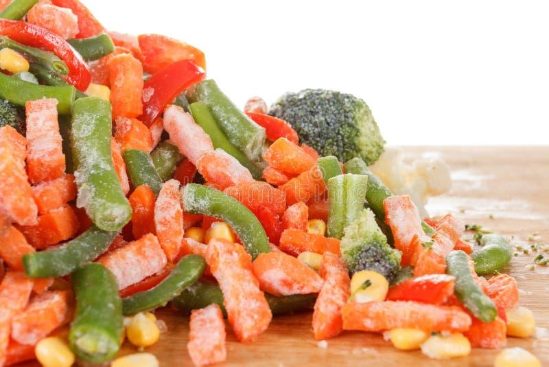 Haufen des gefrorenen Gemüses lokalisiert auf weißem Hintergrund stockfoto