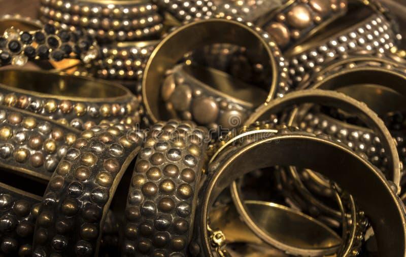Haufen des Goldes und des Messings verzierte Armbänder stockfoto