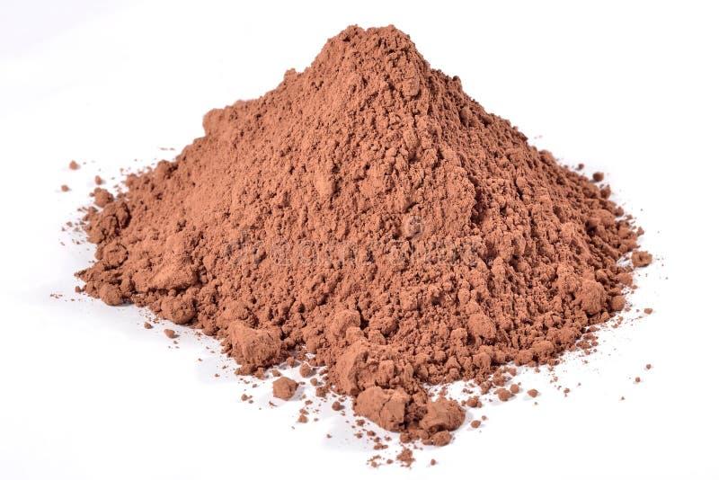 Haufen des Kakaopulvers auf einem Weiß stockbilder