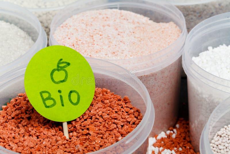 Haufen des roten Düngemittels im Glas Stickstoff N: Blattwachstum, Phosphor P: Entwicklung von Wurzeln, Kalium K: Starkes Stammwa stockfoto
