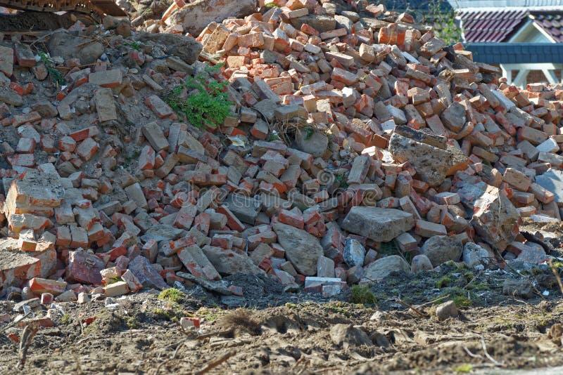 Haufen des Schutts nach Demolierung eines alten Wohnhauses lizenzfreies stockbild