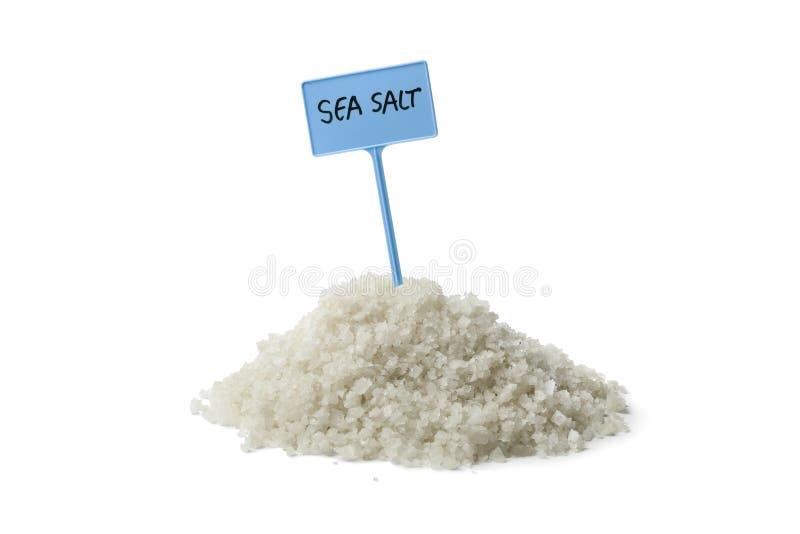 Haufen des Seesalzes mit einem Zeichen lizenzfreie stockfotografie
