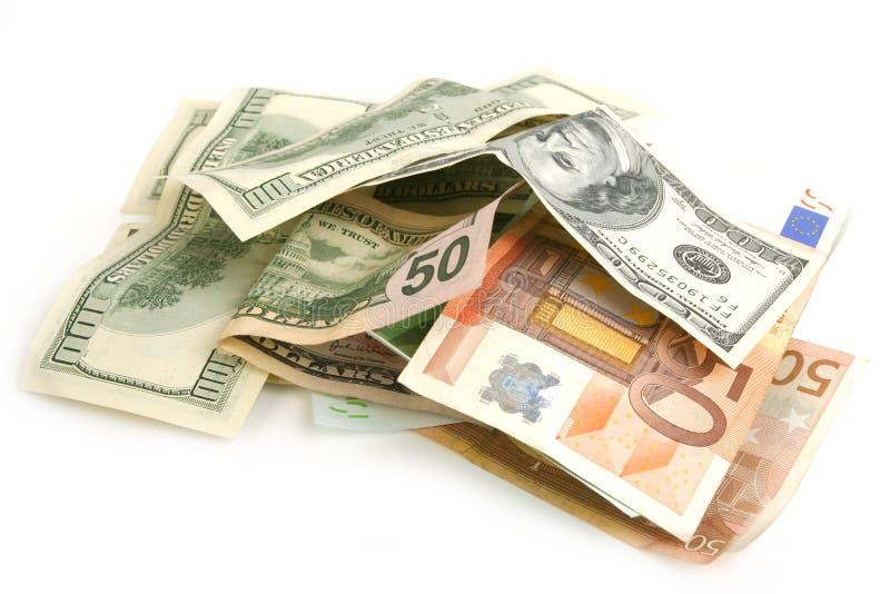 Haufen des zerknitterten Dollars und der Eurorechnungen stockfotografie