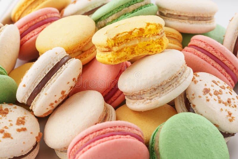 Haufen von bunten macarons mit verschiedenen Füllungen lizenzfreie stockfotos