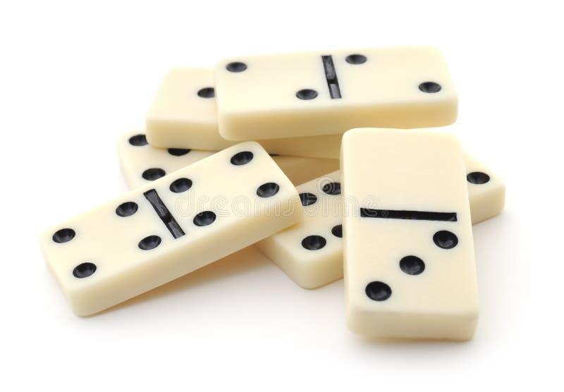 Haufen von den Dominos auf weißem Hintergrund stockfotografie