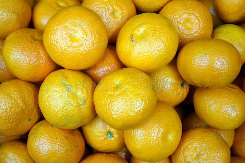 Haufen von gelben reifen Tangerinen lizenzfreie stockbilder