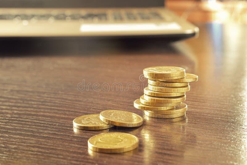 Haufen von Goldmünzen auf einer Tabelle im Raum stockfotografie