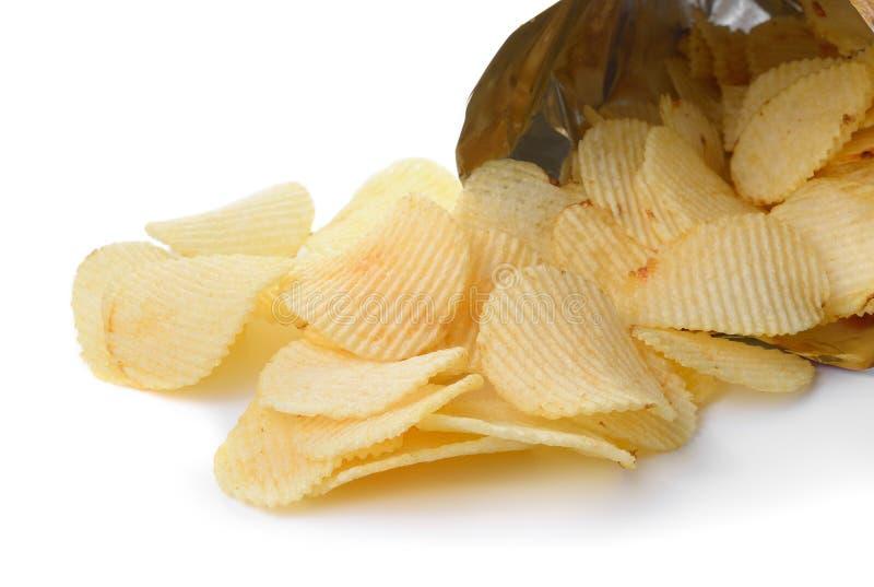 Haufen von Kartoffelchips auf weißem Hintergrund lizenzfreie stockfotos