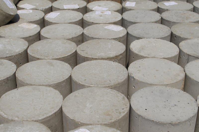 Haufen von konkreten zylinderförmigen Proben stockfoto