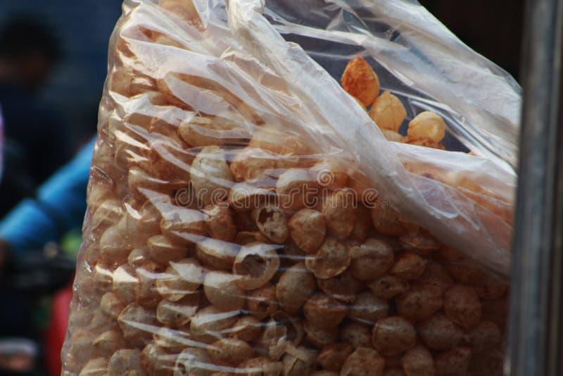 Haufen von papdi in einer Plastiktasche stockfoto