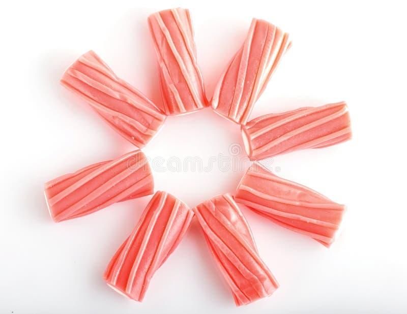 Haufen von rosa kauenden Karamellzuckersüßigkeiten Lokalisiert auf Weiß lizenzfreies stockbild