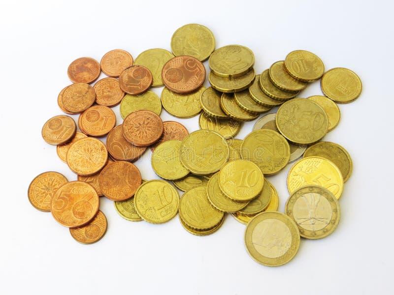 Haufen von sortierten Kupfermünzen des Eurogeldes mit einem weißen Hintergrund lizenzfreie stockfotografie