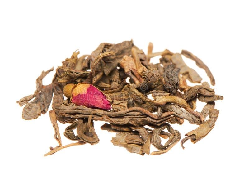Haufen von trockenen grünen Teeblättern mit der rosafarbenen Knospe lizenzfreie stockfotos