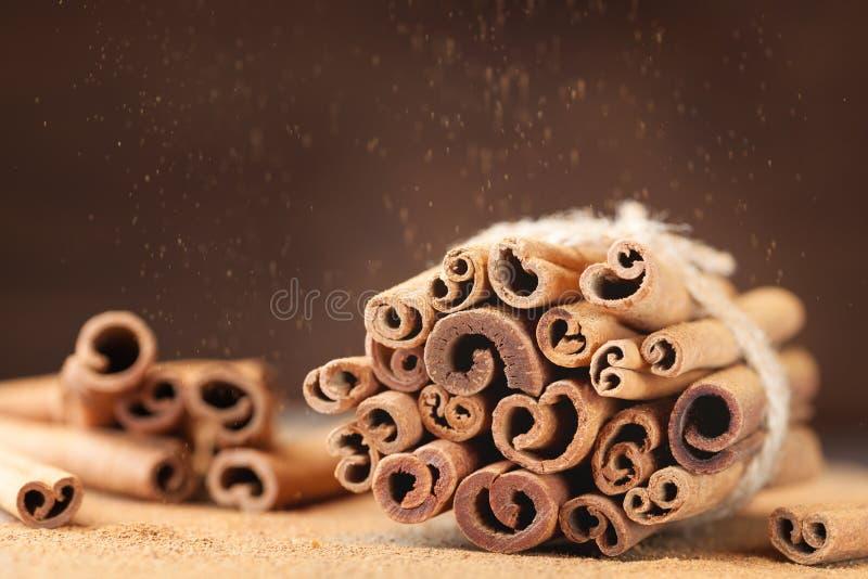 Haufen von Zimtstangen und von Zimtpulver wischen Effekt ab Aromatisches Gewürz stockbild