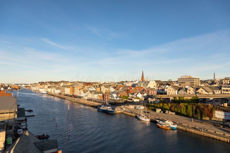 Haugesund, Noorwegen - Januari 9, 2018: De stad van Haugesund, op de westkust van Noorwegen, met boten en veerboot bij royalty-vrije stock foto's