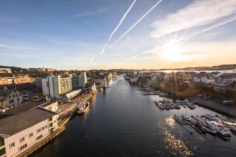 Haugesund, Noorwegen - Januari 9, 2018: De stad van Haugesund, op de westkust van Noorwegen, met boten in Smedasundet stock afbeelding