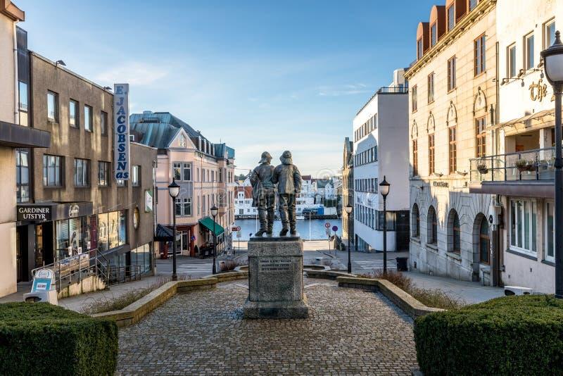 Haugesund, Noorwegen - Januari 9, 2018: De stad van Haugesund, op de westkust van Noorwegen, stadscentrum met standbeeld van stock afbeeldingen