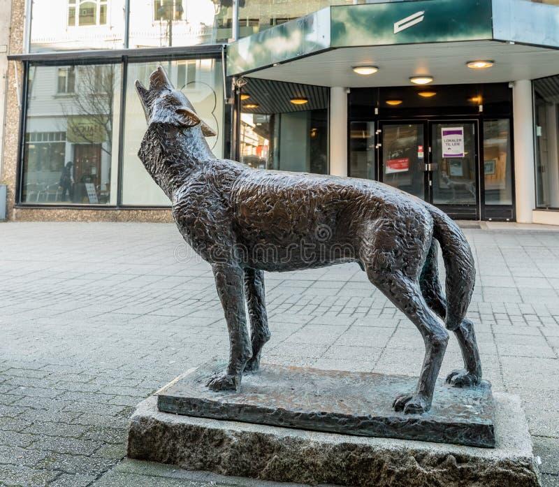 Haugesund, Noorwegen - Januari 9, 2018: Het beeldhouwwerk van een wolf, Canis-wolfszweer, in Haugesund-stadscentrum stock fotografie