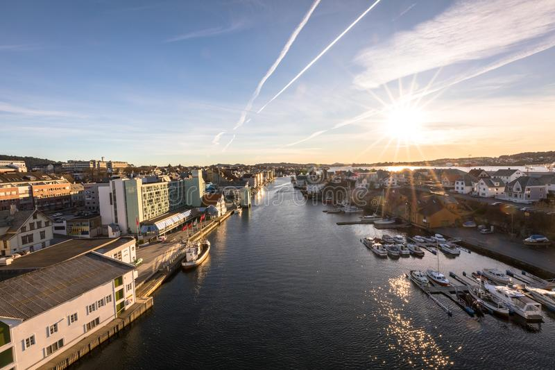 Haugesund, Noruega - 9 de enero de 2018: La ciudad de Haugesund, en la costa oeste de Noruega, con los barcos en el Smedasundet imagen de archivo