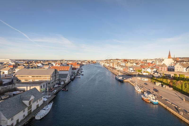Haugesund Norwegia, Styczeń, - 9, 2018: Miasto Haugesund, na zachodnim wybrzeżu Norwegia, z łodziami i promem przy obrazy stock