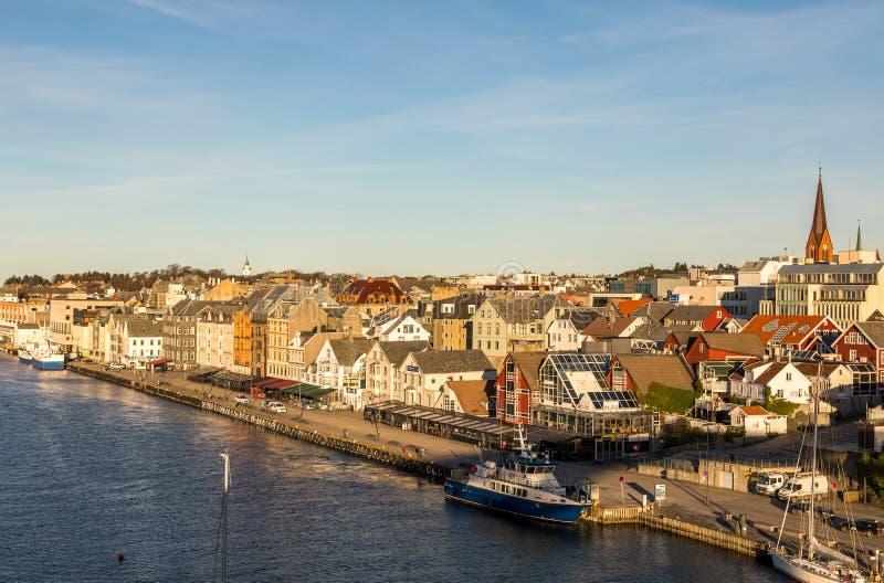 Haugesund Norwegia, Styczeń, - 9, 2018: Miasto Haugesund, na zachodnim wybrzeżu Norwegia, z łodziami i promem przy zdjęcie royalty free