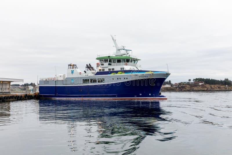 Haugesund Norwegia, Styczeń, - 11, 2018: Prom Utsira przy promu terminal w Haugesund, przygotowywającym swój wycieczka obrazy stock